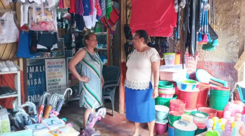 Puerto Cabezas: La vice alcaldesa Margarita Webster visita a los comerciantes del mercado de Bilwi y estuvo atenta a la limpieza y desagüe del drenaje.