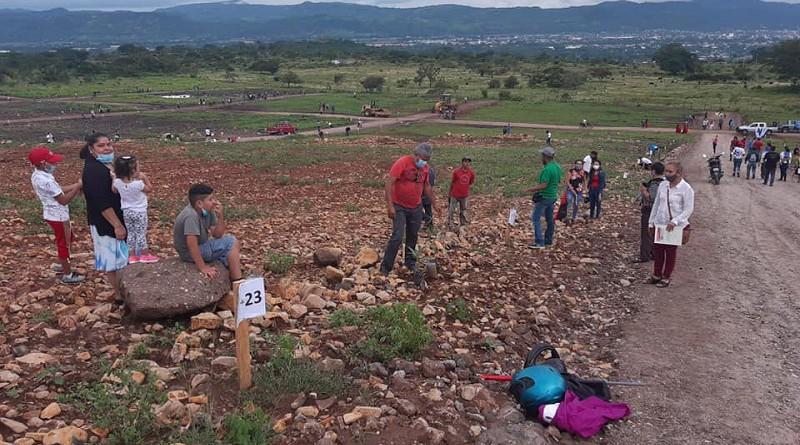 Foto archivo :Familias felices en la entrega de 300 lotes en septiembre del año pasado en Estelí