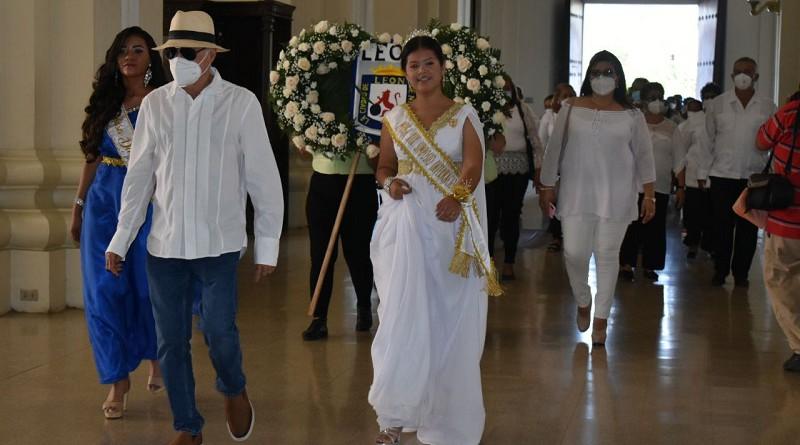 El alcalde mayor del municipio de León, Roger Gurdián  y la musa consagrada del departamento marchan  a colocar la ofrenda sobre la tumba del Príncipe de Las  Letras Castellanas