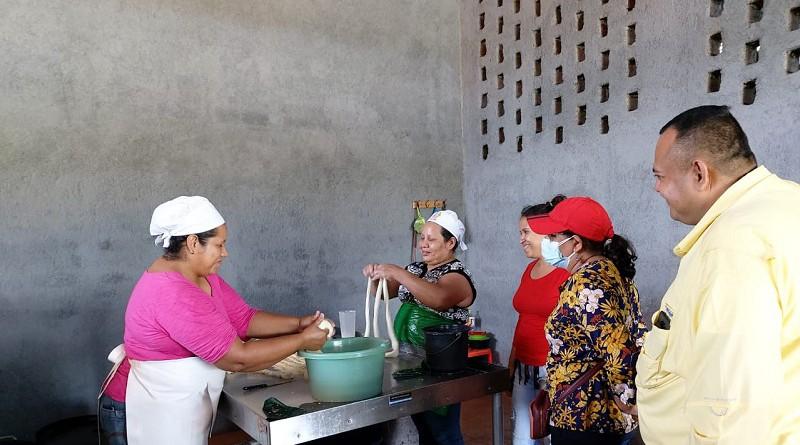 En Nagarote presidenta del Inifom visita a expertas en el arte de preparar quesillos y supervisa obras de embellecimiento local