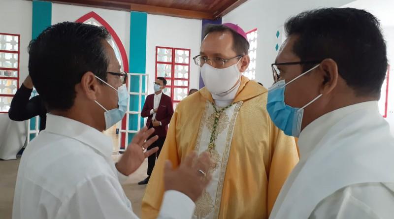 El alcalde de  Bluefields Gustavo Tigerino con el Nuncio Apostólico, Waldemar Stanislaw Sommertag y el Obispo Tigerino