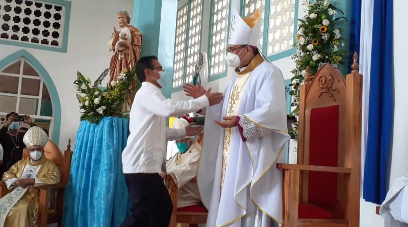 El alcalde de Bluelields Gustavo Castro, saluda al Obispo Francisco  Tigerino