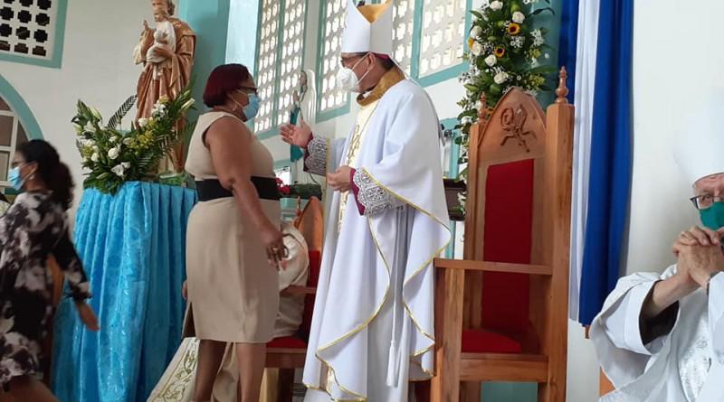 Vicealcaldesa Carla Martin con el recién consagrado Obispo