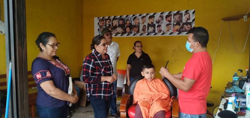 Egresado de la escuela de oficios de Achuapa con barbería en el mercado local