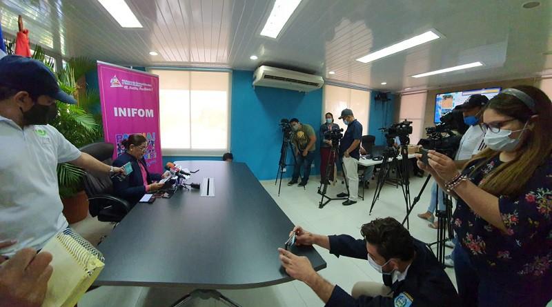 Presidenta del Inifom, Guiomar Irías en conferencia de prensa