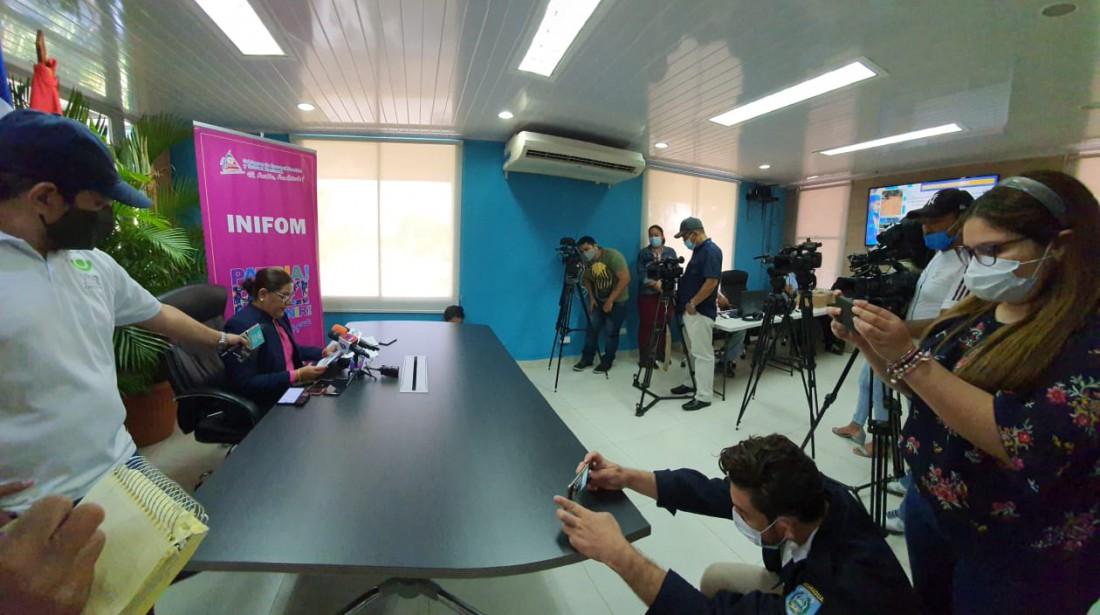 Presidenta ejecutiva del Inifom,  Guiomar Irías, en conferencia de prensa