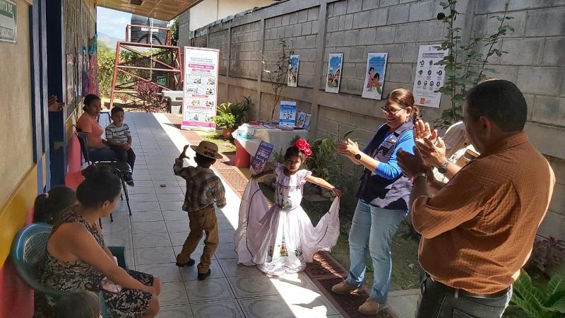 Después la titular del Inifom fue al CDI Coro de Ángeles, donde se atienden a niños de primera infancia ypreescolar, en una infraestructura en buen estado donde en ese momento se desarrollaba una muestra artística de danza y coro.