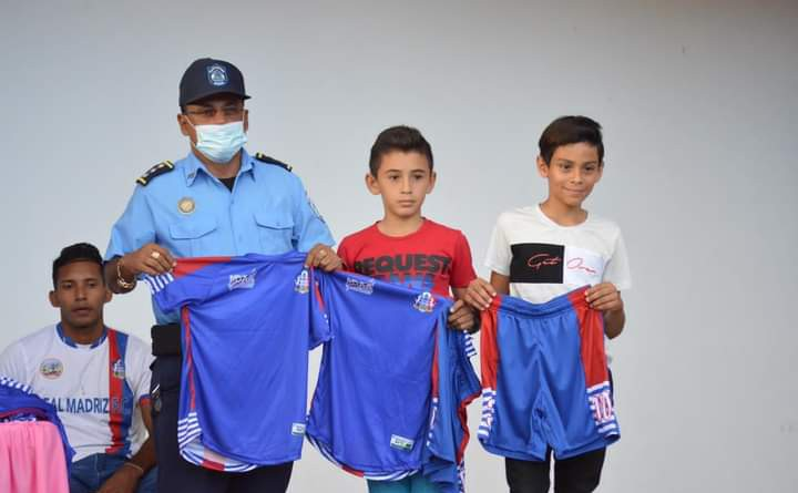 Entrega de uniformes y balones a equipos que participarán en el Campeonato Nacional de Ligas Menores 2021