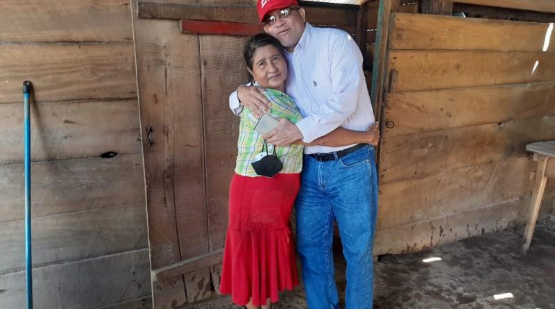 El alcalde de San Carlos  Jhony  Gutiérrez   y una protagonista