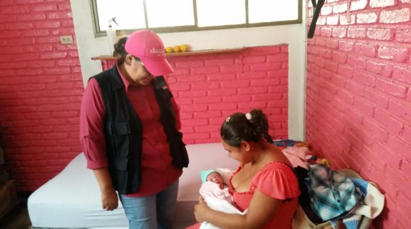 Con una mamá  que recién dio a luz en la unidad de salud municipal y ahora se restablece en la casa materna