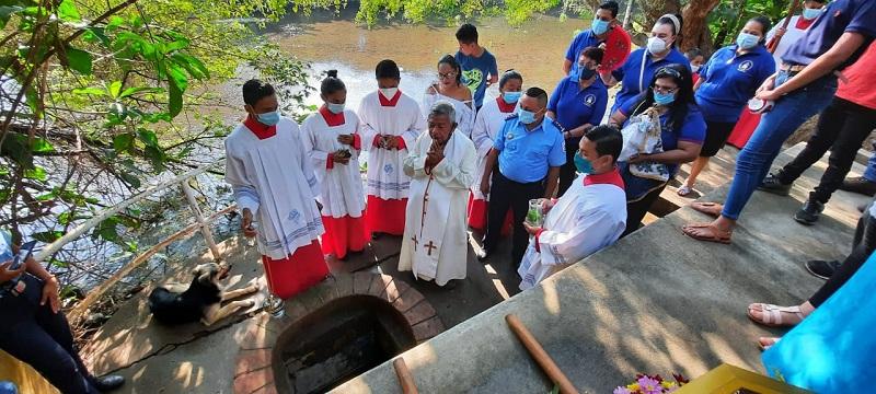 Bendición de  las aguas del Pocito, donde  la tradición dice que apareció La Virgen