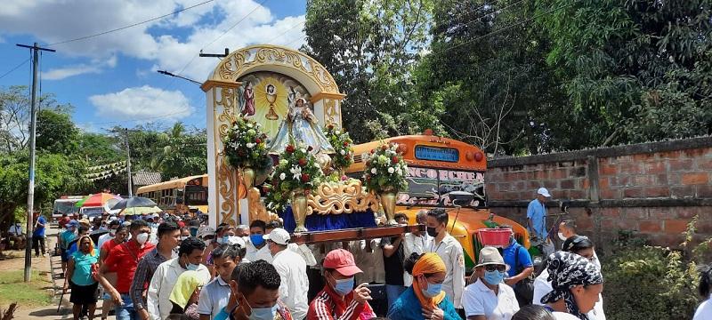 Procesión con la Virgen de Los remedios procedente de la comunidad del mismo nombre