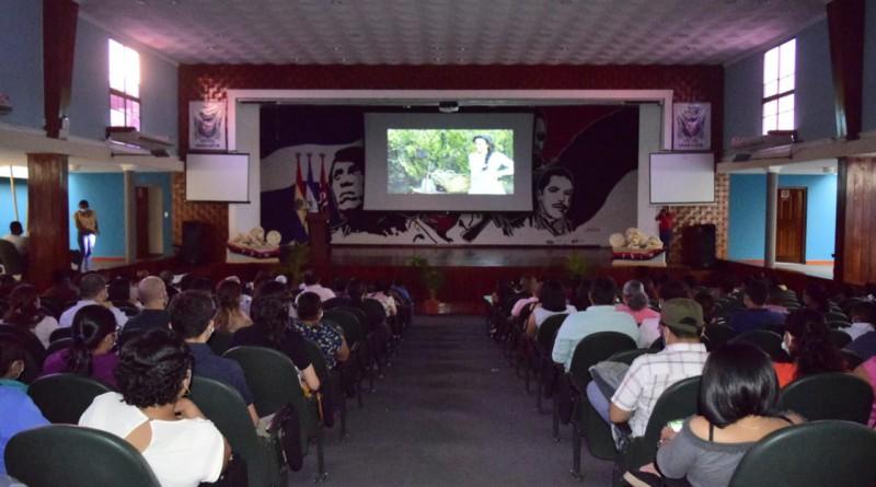 Las familias presencian la película La Princesa Paca, basada en el libro del mismo nombre e inspirada en Francisca Sánchez, el amor de Rubén Darío. Presentada por La Cinemateca Nacional en  el auditorio Ruiz Ayesta, de la UNAN-León