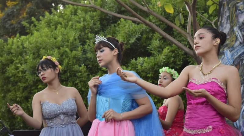 Familias disfrutan del recital de poesía y música, en el parque La Merced,