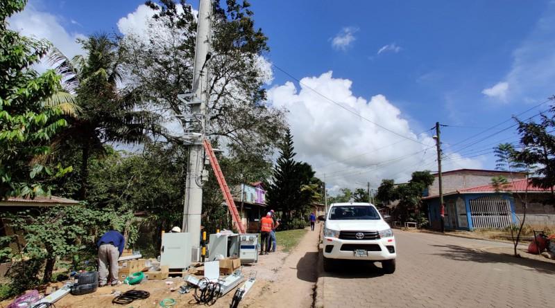 Claro instala antena paar aumentar conectividad  con banda ancha en Waslala