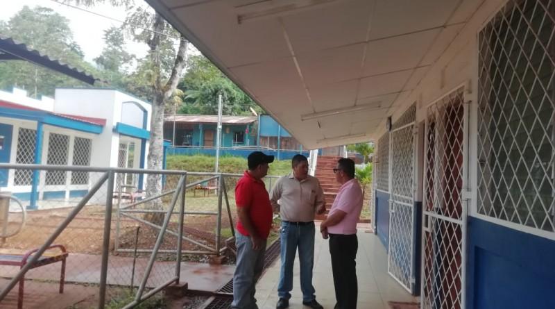 Equipo municipal en el centro educativo de la comunidad La Posolera