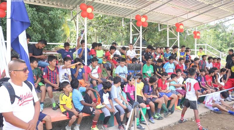Graderías en campo de fútbol en  Siuna y mantenimiento de calle, inaugura alcaldía l y las familias