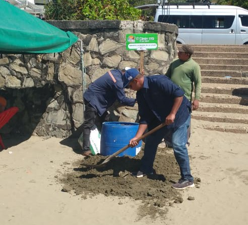 Ubicando contenedores para depositar la basura en San Juan del Sur