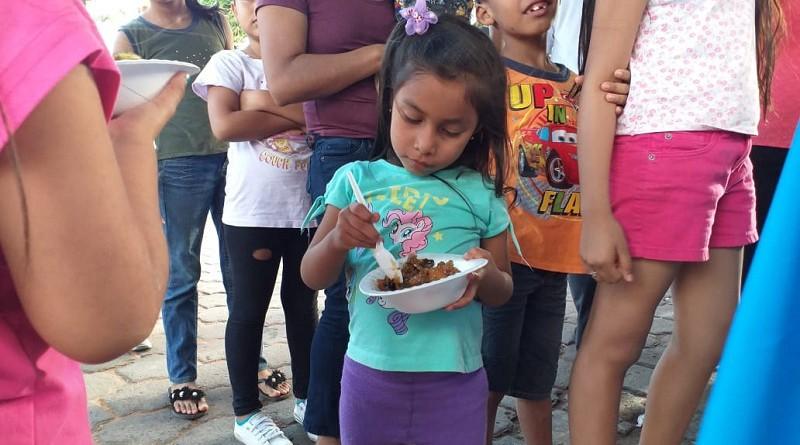 Disfrutando el almibar que compartió el gobierno local con las familias