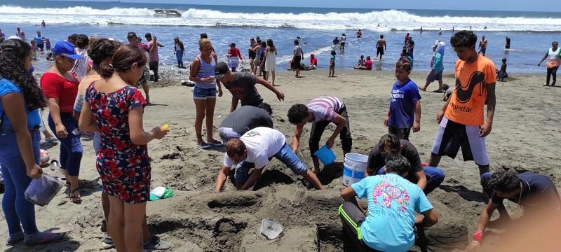 En Corinto jovenes elaboran esculturas de arena