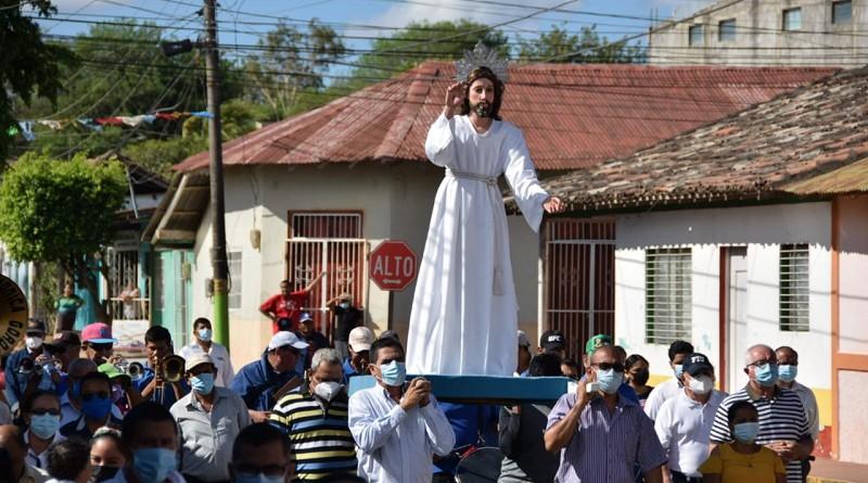 Cristo en procesión con varones