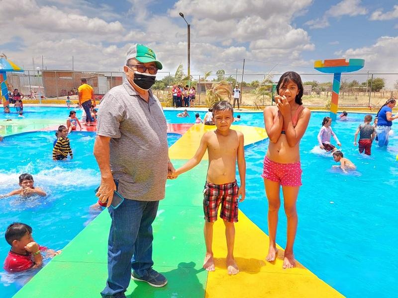 El alcalde de Sébaco en el parque acuático con pequeños protagonistas