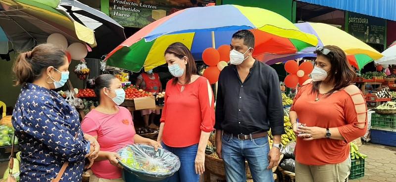 Equipo municipal de Ticuantepe con presentes para madres del mercado local