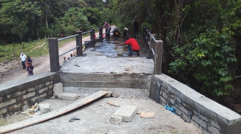 Construcción puente peatonal, en Villa Sandino.