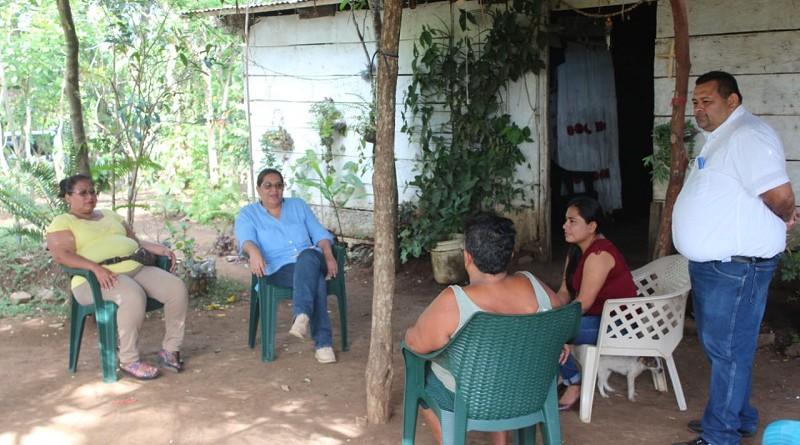 Presidenta del Inifom, en lotificación del Programa Bismarck Martínez en El Rosario,el que florece y se extiende