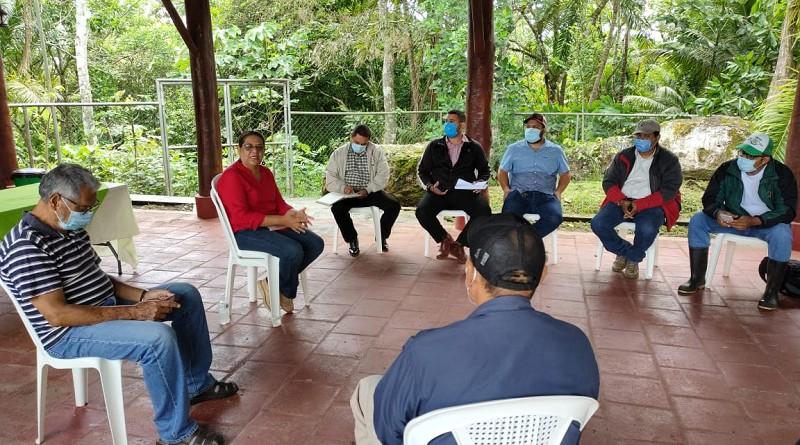 La presidenta del Inifom, Guiomar Irías con el equipo municipal de Santo Tomás