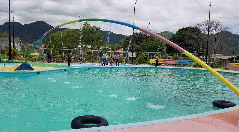 El parque acuático Apapuerta Xinotencalt un regio y atractivo espacio de esparcimiento de seis manzanas de extensión y una amplia área acuática. El gobierno local ejecuta mejoras constantemente.