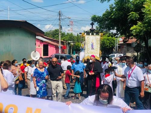 La alcaldesa y secretario político departamental del FSLN en Chinandega en recibimiento del Obispo de la Diócesis de León en las fiestas patronales de Santa Ana