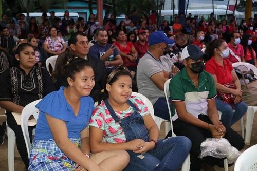 Familias que presenciaron la Gala Regional en Nueva Guinea