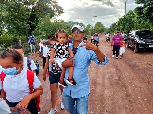 Familais acuden jubilosas a la inauguración del camino