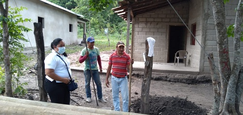 La comunidad Soni es lugar de tránsito de turistas que van al Cañón. Los lugareños son prestadores de servicios que es un hecho mejorarán con la energía eléctrica. En la foto, la alcaldesa de Somoto, supervisa las obras.