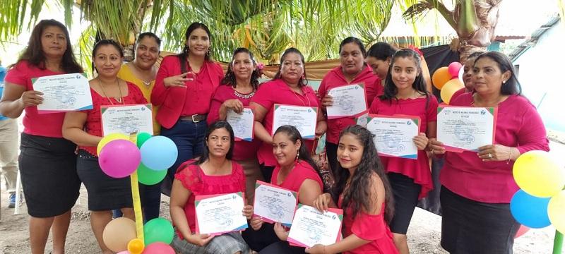Técnicas egresadas de la Escuela del Campo en la comunidad La Montañita en El Jicaral