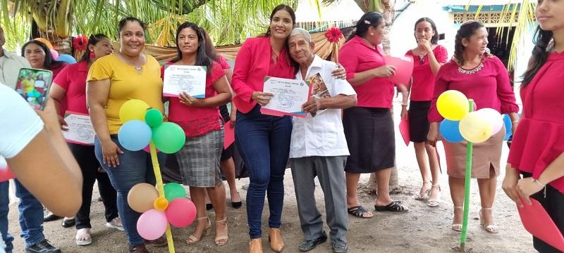 Aida Luz Altamirano, alcaldesa de El  Jicaral entrega certificado a un egresado