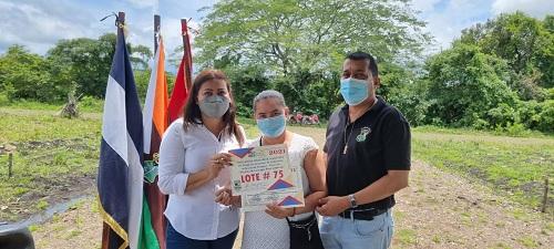 Acoyapa: Gobierno local entregó veinte lotes de terrenos en el nuevo barrio Pepe Ruíz. Así completa la III etapa del programa Nacional Bismarck Martínez
