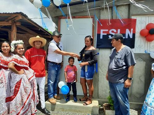 El gobierno local de Santa Teresa entrega casa a protagonista de la comunidad La Piñuela