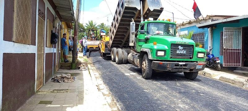 La presidenta del Inifom inspeccionó los trabajos del personal encargado quienes tienen el compromiso de laborar incansablemente para construir y mejorar 33 vías en Jinotepe. Esto es parte del plan especial del Buen Gobierno de construir y mejorar dos mil en todo el país
