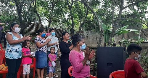 Las familias de la comunidad Manuel landez, acompañan a Roberta Albertina Ruíz en tan importante moento