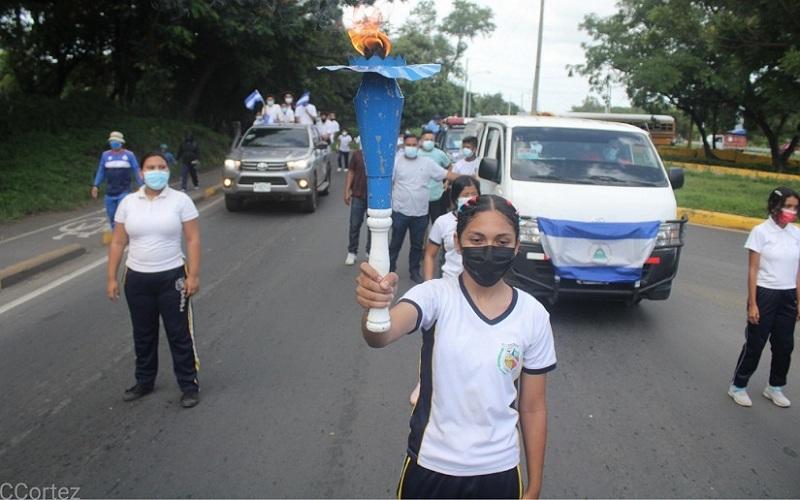 Escoltada por escolares la Antorcha rumbo a Managua
