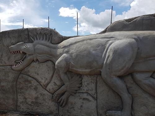 Muy pronto estará finalizada la II etapa del Parque Saurio en Nindirí. Con temática completamente Jurasica, en bancas, bebedores, postes de iluminación, huevos y figuras de dinosaurios, en los muros entre otras curiosidades. Grandes esculturas complementarán el ambiente prehistórico.